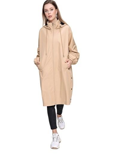 Butikburuç 211Yb0026 Kapüşonlu Uzun Kol Kol Beli Ribanlı Polyester Sırt Yazı Detaylı Kadın Ceket Bej